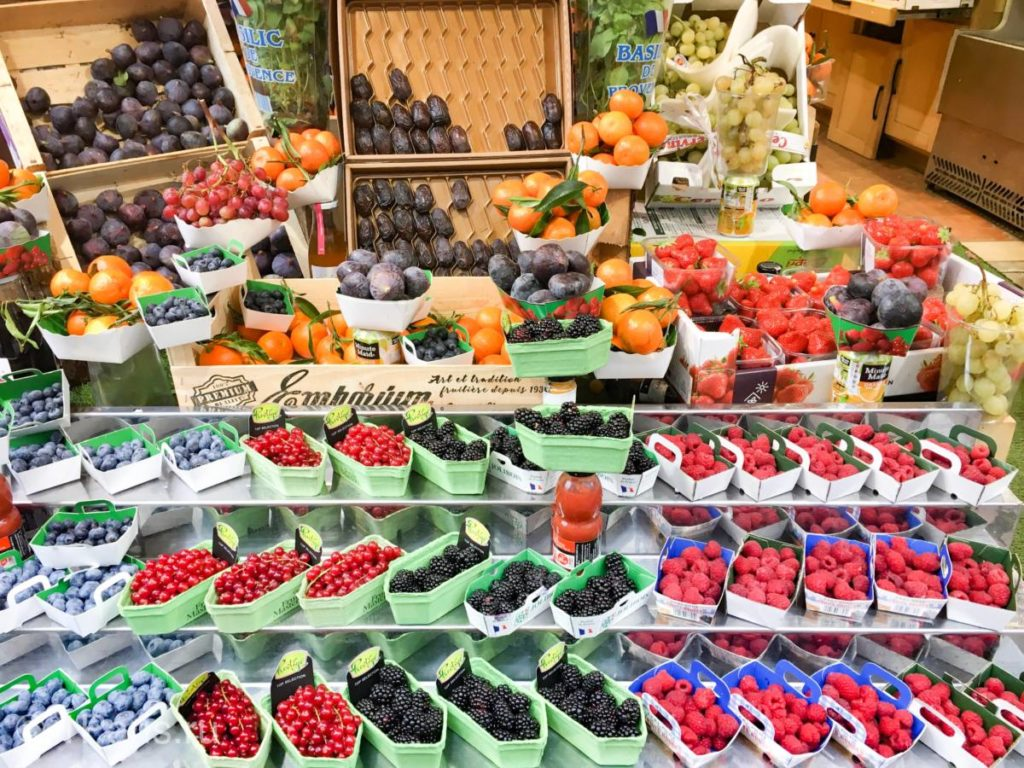 Ягоды и фрукты на рынке Парижа