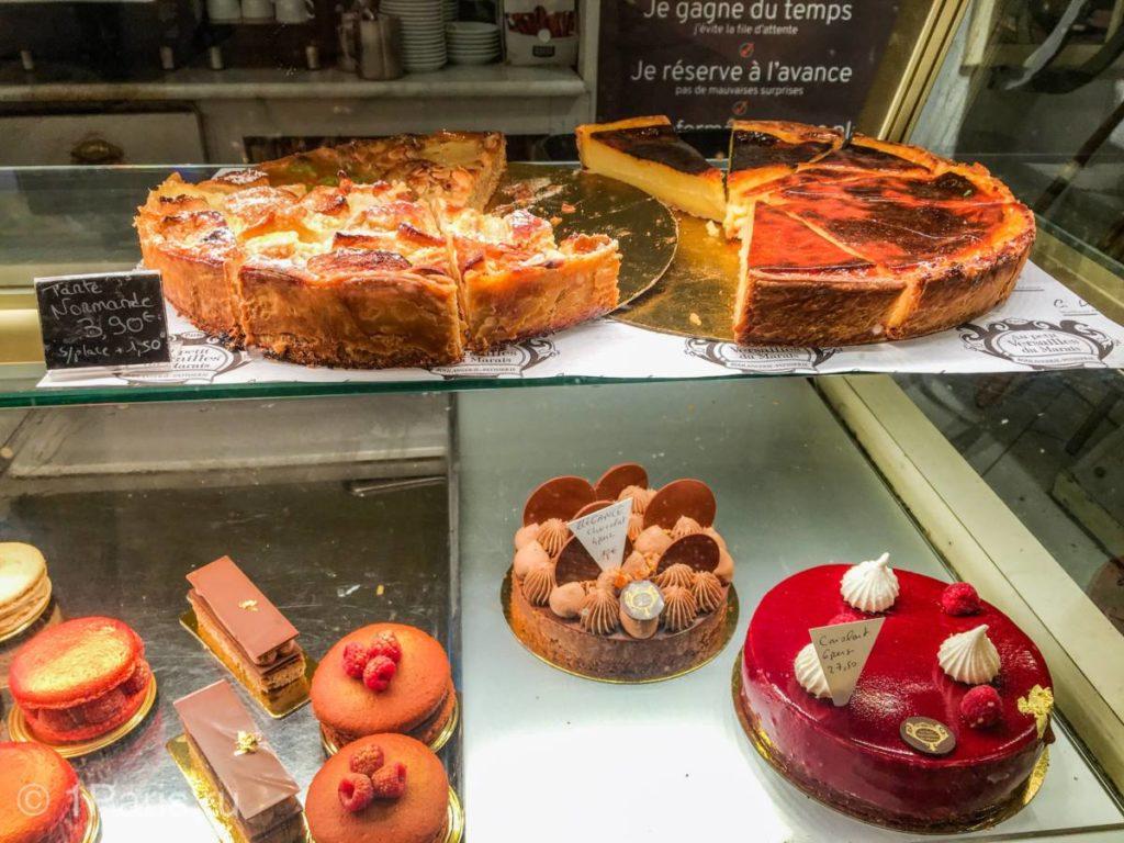 Пирожные и тарт в кафе Au Petit Versailles du Marais