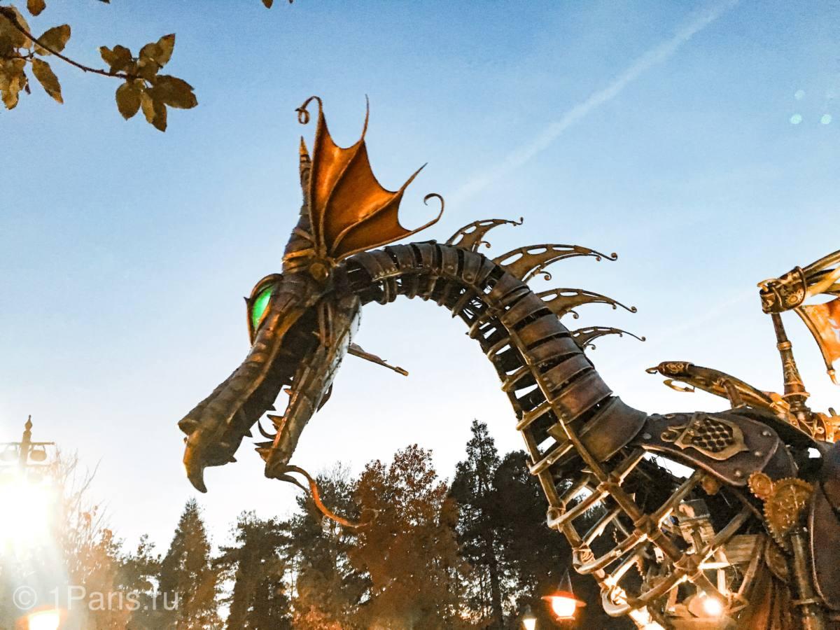 Огнедышащий Дракон на параде диснеевских героев