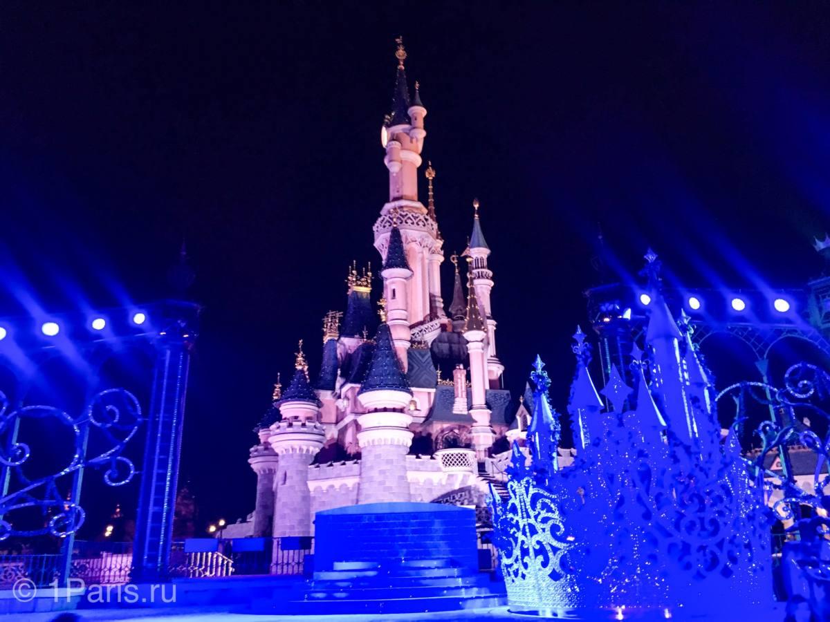Замок Спящей Красавицы вечером