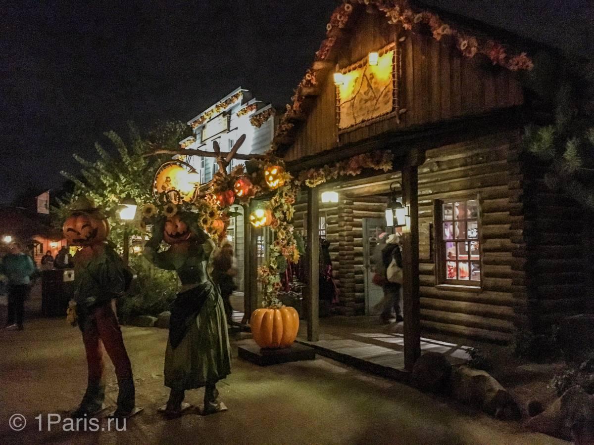 Празднование Halloween на улицах Диснейленда