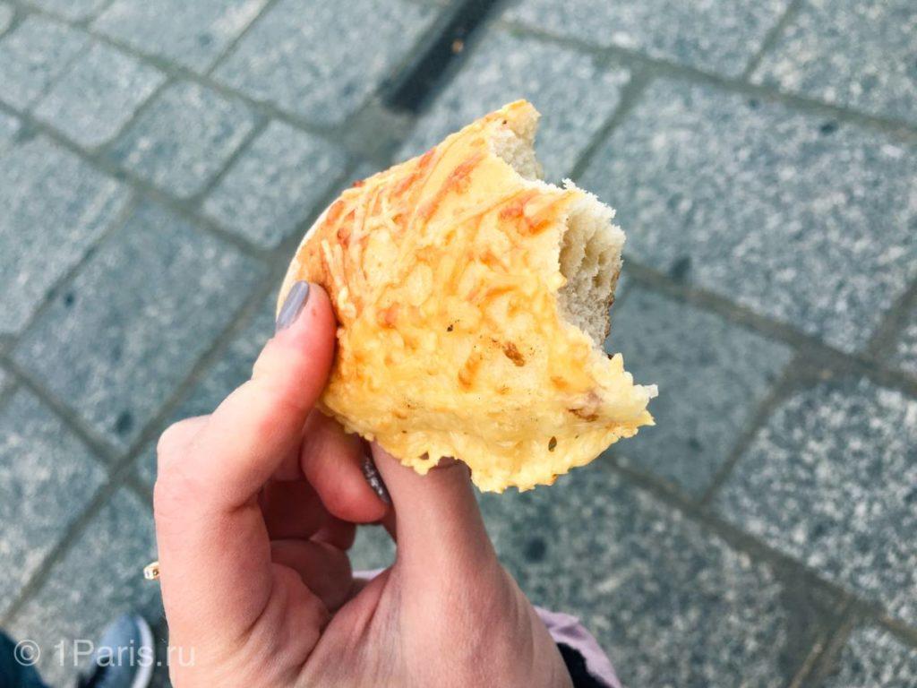 Кусочек багета с сыром
