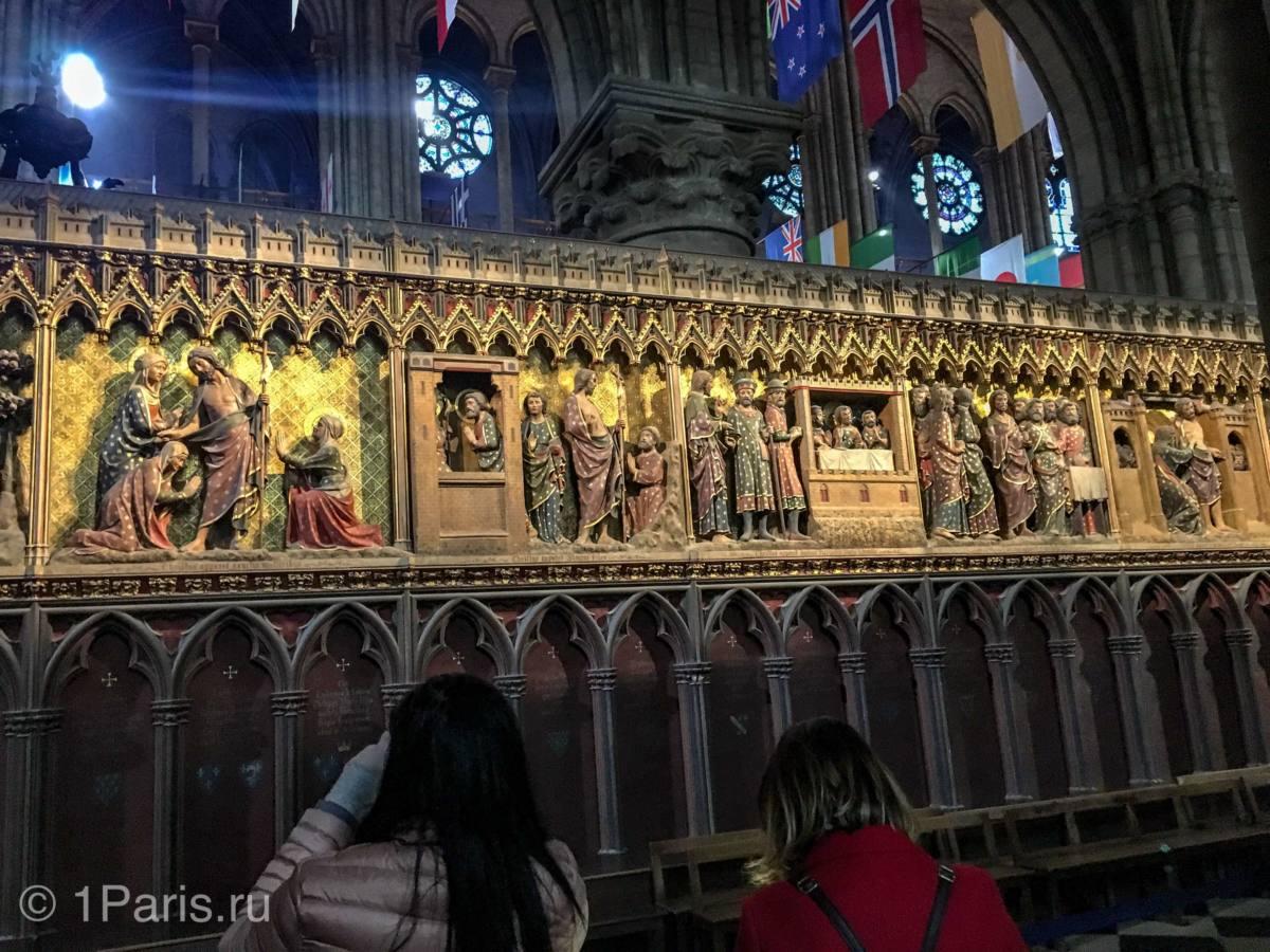 Деревянные панели стен алтаря собора