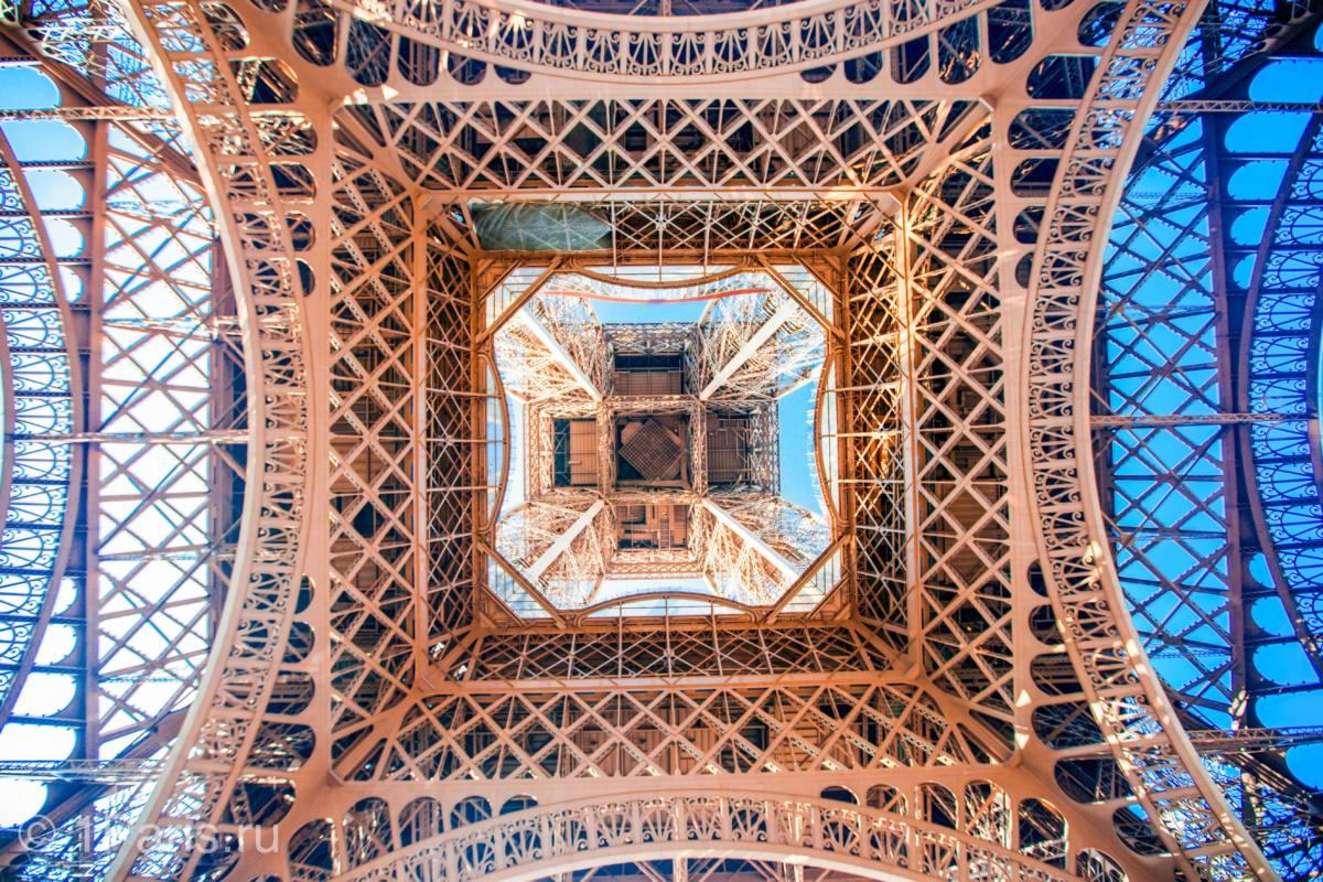 Вид под Эйфелевой башней